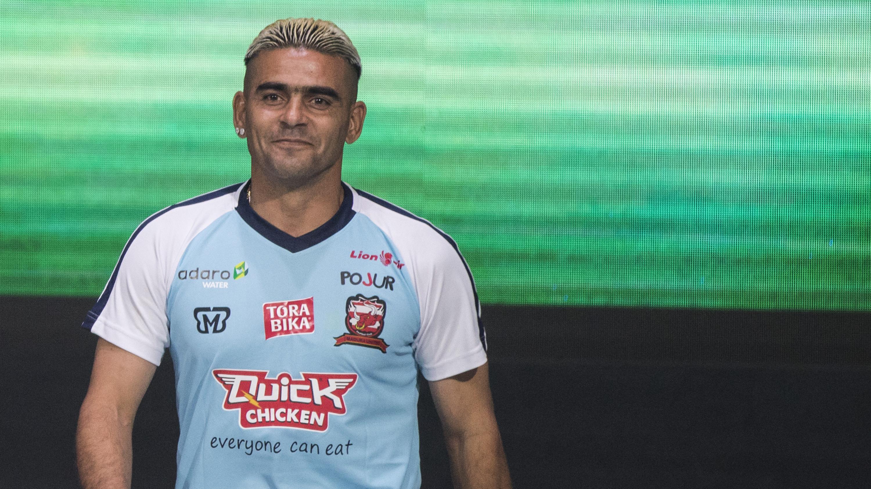 Pemain Madura United, Cristian Gonzales memperkenalkan jersey baru saat peluncuran Liga 1 Indonesia 2018 di Studio 5 Indosiar, Jakarta, Senin (19/3/2018). Liga 1 akan mulai digelar pada Jumat (23/3). (Bola.com/Vitalis Yogi Trisna)
