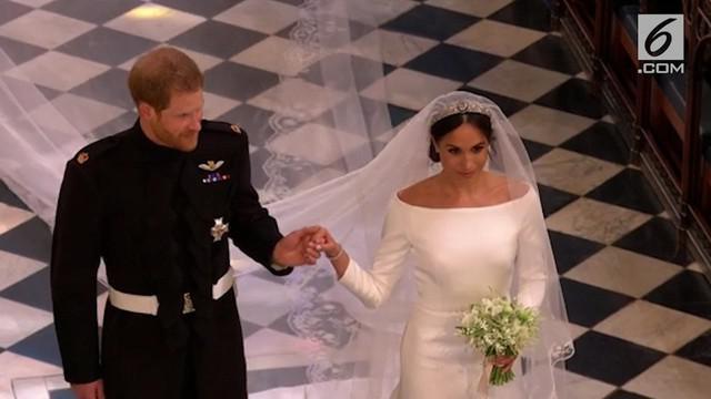 Pangeran Harry dan Meghan Markle akhirnya resmi menikah. Usai ucap janji suci, keduanya pamer ciuman pertama sebagai suami istri.