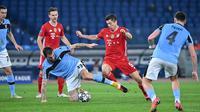 Robert Lewandowski turut menyumbangkan satu gol ketika Bayern Munchen mengalahkan Lazio pada leg 1 babak 16 besar Liga Champions 2020/2021, Rabu dini hari WIB. (Alberto PIZZOLI / AFP)