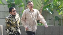 Direktur Utama PT. Samantaka Batubara, James Rijanto (kanan) didampingi kuasa hukumnya tiba untuk menjalani pemeriksaan di Gedung KPK, Jakarta, Jumat (17/5/2019). James diperiksa sebagai saksi dalam kasus suap PLTU Riau-1 yang menjerat Dirut PLN nonaktif Sofyan Basir. (merdeka.com/Dwi Narwoko)