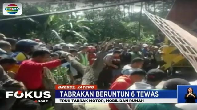 Truk diduga mengalami rem blong hingga menabrak mobil, motor dan rumah warga. Akibatnya jalur utama Purwokerto-Bumiayu macet hingga 3 jam.