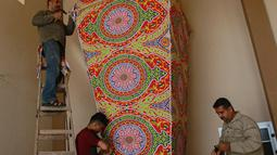 Sejumlah pria embuat lentera Ramadan tradisional di Kota Khan Younis, Jalur Gaza selatan (19/4/2020). Jelang Ramadan, warga Palestina membeli lentera beraneka warna, yang dikenal sebagai fanoos dalam bahasa Arab, untuk anak-anak mereka atau sebagai hiasan di rumah. (Xinhua/Rizek Abdeljawad)