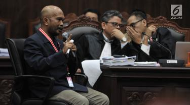 Saksi fakta Pemohon, Idham Amiruddin memberikan kesaksian dalam sidang lanjutan sengketa Pilpres 2019 di Mahkamah Konstitusi, Jakarta, Rabu (19/6/2019). Kuasa hukum Pemohon menghadirkan 15 saksi fakta dan 2 saksi ahli pada sidang lanjutan sengketa Pilpres 2019. (merdeka.com/Iqbal S. Nugroho)