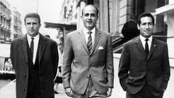 Alfredo Di Stefano (tengah), Ferenc Puskas (kiri), dan Francisco Gento (kanan) merupakan trio penyerang legendaris milik Real Madrid. Mereka bertiga telah menyumbangkan empat gelar La Liga dan dua gelar Piala Eropa dalam enam tahun. (Foto: AFP)