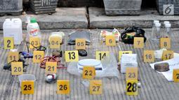 Barang bukti ditunjukkan di depan rumah terduga teroris di Jalan Belibis V, Semper Barat, Cilincing, Jakarta, Senin (23/9/2019). Dari penggerebekan itu, petugas menemukan sejumlah bahan perakit bom. (merdeka.com/Iqbal S. Nugroho)