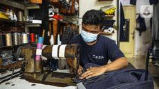 Penjahit menjahit bahan di Nyoel Jeans co, Jakarta, Jumat (22/10/2021). Harga kapas acuan dunia berhasil melesat hingga level tertingginya dalam satu dekade terakhir karena beberapa faktor yang mempengaruhinya. (Liputan6.com/Faizal Fanani)