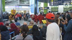 Penumpang menyaksikan aksi Barongsai di peron Stasiun Gambir, Sabtu (25/1/2020). PT Kereta Api Indonesia (Persero) Daop 1 Jakarta mengadakan pertunjukkan Barongsai itu dalam rangka memeriahkan perayaan Tahun Baru Imlek 2571 yang bertepatan dengan Tahun Tikus Logam. (Liputan6.com/Herman Zakharia)