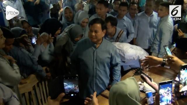Prabowo Subianto merayakan hari ulang tahunnya ke-67 dengan menyapa kalangan emak-emak dan meminta dukungan di Foodcourt Pasaraya, Blok M, Jakarta Selatan.