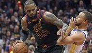 Pemain Cleveland, LeBron James (kiri) mencoba melewati adangan pemain Warriors, Stephen Curry pada gim ketiga final NBA basketball di Quicken Loans Arena, (6/6/2018). Warriors kalahkan Cavaliers 110-102. (Joshua Gunter/The Plain Dealer via AP)