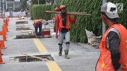 Pekerja tengah mengerjakan peremajaan gorong-gorong di kawasan Thamrin, Jakarta, Selasa (15/1).Peremajaan dilakukan untuk mengantisipasi terjadinya penyumbatan saluran yang dapat menyebabkan banjir di kawasan tersebut. (Liputan6.com/Angga Yuniar)