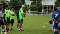 Pelatih Persib Bandung Roberto Mario Carlos Gomez dan staf pelatih. (Liputan6.com/Kukuh Saokani)