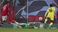 Villarreal nyaris kembali unggul pada menit ke-85. Sundulan Boulaye Dia di dalam kotak penalti masih mampu diantispasi David De Gea. (AP/Dave Thompson)
