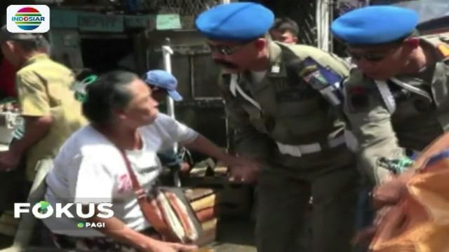 Penertiban dilakukan karena masih banyaknya PKL di kawasan Pasar Kebayoran Lama yang menggunakan trotoar untuk berdagang.
