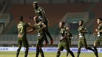 Striker Tira Persikabo, Loris Arnaud, merayakan gol yang dicetaknya ke gawang Borneo FC pada laga Shopee Liga 1 di Stadion Pakansari, Bogor, Minggu (1/9). Borneo tahan imbang 2-2 Tira Persikabo. (Bola.com/Yoppy Renato)