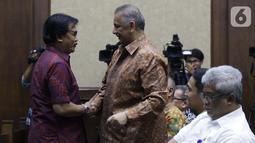Terdakwa dugaan suap proyek PLTU Riau-1 yang juga mantan Dirut PLN, Sofyan Basir (tengah) bersalaman dengan Adhyaksa Dault jelang menjalani sidang tuntutan di Pengadilan Tipikor, Jakarta, Senin (10/7/2019). Sofyan Basir dituntut 5 tahun penjara, denda Rp200 juta. (Liputan6.com/Helmi Fithriansyah)