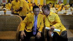 Agung Laksono (kiri) berbincang dengan Agus Gumiwang saat pembukaan Rapimnas I DPP Partai Golkar di kantor DPP Partai Golkar, Jakarta, Rabu (8/4/2015). Rapat membahas konsolidasi partai dari tingkat bawah hingga atas. (Liputan6.com/Johan Tallo)