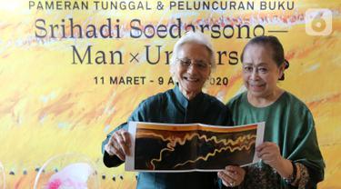 Pelukis Srihadi Soedarsono dan Penulis Buku Man X Universe Farida Srihadi menunjukkan lukisan yang akan dipamerkan di Geleri Nasional menjelang Pameran Tunggal dan Peluncuran Buku Srihadi Soedarsono - Man x Universe di Ciputra World, Jakarta, Rabu (26/2/2020). (Liputan6.com/Fery Pradolo)
