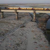 Beberapa jenazah terlihat dimakamkan di kuburan dangkal di tepi sungai Gangga di Prayagraj, 15 Mei 2021. Polisi menjangkau penduduk desa di India utara untuk menyelidiki penemuan jasad di tepi Sungai Gangga yang memicu spekulasi mereka adalah jenazah korban COVID-19. (AP Photo/Rajesh Kumar Singh)