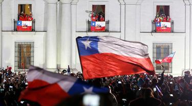 Setelah diarak menggunakan bus terbuka dari Stadion Nasional, pemain Cile merayakan kegembiraan juara Copa America 2015 bersama Presiden Cile, Michelle Bachelet. (REUTERS/Carlos Garcia Rawlins)