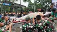 Evakuasi pasien di Rumah Sakit Qadr, Kelapa Dua, Kabupaten Tangerang, Rabu (1/1/2020). (Liputan6.com/ Pramita Tristiawati)