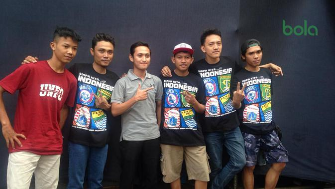 Peserta Band Battle, The Jhony, memperlihatkan t-shirt kampanye perdamaian yang mereka kenakan dalam event Super Soccer Futsal Battle 2018 di Mall Taman Anggrek, Jakarta Barat, Sabtu (13/10/2018). (Bola.com/Benediktus Gerendo Pradigdo)