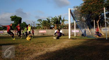 Pesepakbola Bali United melakukan latihan jelang laga perdana turnamen Piala Presiden 2015 di Lapangan Trisakti, Legian, Bali, Sabtu (29/8/2015). Bali United akan berlaga melawan Persija di Grup C Piala Presiden 2015. (Liputan6.com/Helmi Fithriansyah)