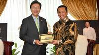 Bamsoet saat menerima Duta Besar Korea Selatan untuk Indonesia, H.E. Mr. Kim Chang-beom, di Ruang Kerja Ketua MPR RI, Jakarta, Rabu (20/11).