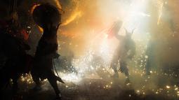 Peserta mengenakan kostum iblis dalam festival tradisional Correfoc di Palma de Mallorca, Spanyol, Senin (21/1). Masyarakat setempat percaya, Correfocs bermula dari peperangan antara kejahatan yang diwakili bentuk Iblis dan kebaikan. (JAIME REINA/AFP)