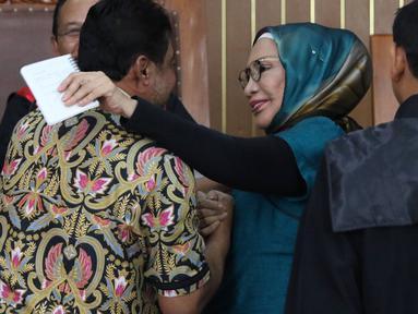 Terdakwa kasus penyebaran berita bohong atau hoaks Ratna Sarumpaet (tengah) memandang Presiden Konfederasi Serikat Pekerja Indonesia (KSPI) Said Iqbal dalam sidang lanjutan di PN Jakarta Selatan, Selasa (9/4). Sidang beragendakan mendengar keterangan saksi. (Liputan6.com/Immanuel Antonius)