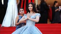Aktris Bollywood, Aishwarya Rai berpose di depan kamera ketika menghadiri pemutaran film Okja pada Festival Film Cannes 2017, 19 Mei 2017. Aishwarya memadukan gaun Cinderellanya itu dengan riasan yang sederhana. (AP Photo/Thibault Camus)
