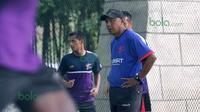 Pelatih T-Team, Rahmad Darmawan memimpin anak buahnya berlatih di Lapangan Futsal Extreme Park Ipoh, Perak, Malaysia, Jumat (29/01/2016).Latihan dilakukan di lapangan futsal karena stadion tergenang air. (Bola.com/Nicklas Hanoatubun)