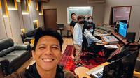 Ariel Noah saat berada di studio (dok.instagram/@arielnoah/https://www.instagram.com/p/CT2EFS1p03z/Komarudin)