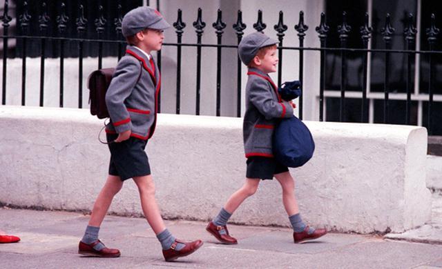 Pangeran William dan Pangeran Harry saat pergi ke sekolah pada 1989 silam (Express Newspapers Via AP Images)