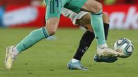 Gelandang Real Madrid, Gareth Bale berusaha merebut bola dari pemain Sevilla Sergio Reguilon pada pertandingan lanjutan La Liga Spanyol di stadion Ramon Sanchez Pizjuan di Seville (22/9/2019). Real Madrid menang tipis atas Sevilla 1-0. (AP Photo/Miguel Morenatti)