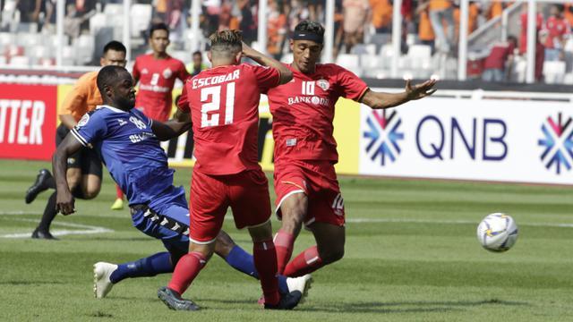 Gelandang Persija Jakarta, Bruno Matos, berusaha mengamankan bola saat melawan Becamex Binh Duong pada laga Piala AFC. (Bola.com/M. Iqbal Ichsan)