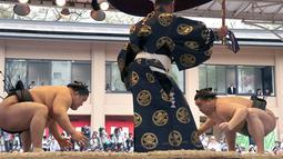 Juara gulat sumo dari Mongolia Harumafuji bersiap bertanding melawan Goeido di Kuil Yasukuni di Tokyo, Jepang, Senin (17/4). (AP Photo / Shizuo Kambayashi)