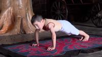 Ibrahim Lyanov saat lakukan push up (Sumber: YouTube/themagastime)