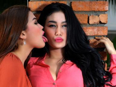 Duo Serigala saat melakukan sesi pemotretan ekslusif dengan Liputan6.com di Jakarta, Rabu (7/10/2015). Bukan Hanya memilik tubuh seksi, Pamela dan Ovi juga pandai tampil cantik dengan tata rias minimalis. (Liputan6.com/Faisal R Syam)