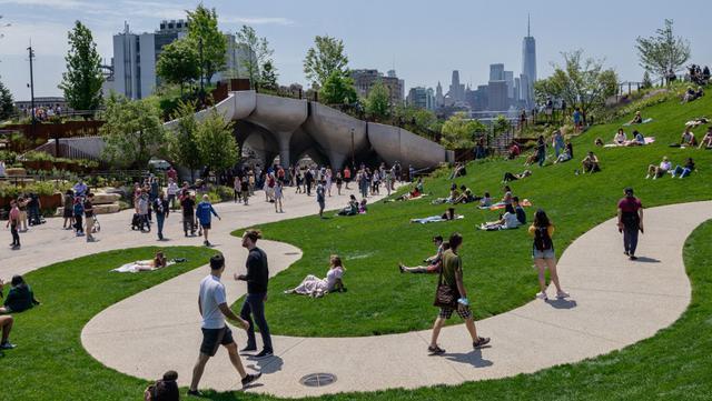 Orang-orang mengunjungi 'Pulau Kecil', taman umum baru dan gratis di Hudson River Park, New York City, Amerika Serikat, 21 Mei 2021. Taman yang diresmikan pada 21 Mei 2021 untuk membahagiakan warga usai lebih dari satu tahun pandemi tersebut menghabiskan dana sebesar USD 260 juta. (Angela Weiss/AFP)