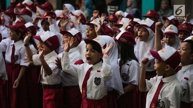 Antusias murid mengikuti upacara bendera pada hari pertama sekolah di SDN Pisangan 02, Ciputat, Tangerang Selatan, Senin (15/7/2019). Senin, 15 Juli 2019 merupakan hari pertama masuk sekolah tahun ajaran 2019/2020 usai libur panjang. (Liputan6.com/Faizal Fanani)
