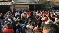 Sejumlah warga melakukan aksi penolakan pengosongan rumah aset kepemilikan PT KAI di Jalan Menara Air, Kelurahan Manggarai, Jakarta, Selasa (19/7). Hingga kini proses mediasi antara kedua belah pihak masih dilakukan. (Liputan6.com/Gempur M Surya)
