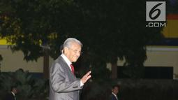 PM Malaysia Mahathir Mohamad menyapa awak media saat tiba di Bandara Halim Perdanakusuma, Jakarta, Kamis (28/6). Pada Jumat, 29 Juni, Mahathir dijadwalkan ke Istana Negara di Bogor untuk menghadiri jamuan makan siang. (Liputan6.com/Angga Yuniar)