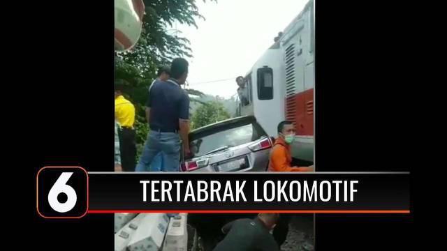 Waspadalah saat melewati perlintasan kereta api, terlebih yang tak memiliki palang pintu. Sebuah minibus di Cilegon, Banten tertabrak lokomotif di perlintasan kereta api akibat mati mesin.