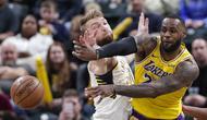 Bintang Los Angeles Lakers LeBron James beraksi pada laga NBA melawan Indiana Pacers di Bankers Life Fieldhouse, Selasa (17/12/2019) atau Rabu pagi WIB. (AP Photo/Michael Conroy)
