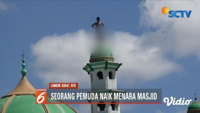 Seorang pemuda di Lombok Barat, NTB, nekat memanjat menara masjid setinggi 15 meter, hanya karena kecewa lantaran tak dipenuhi keinginannya.