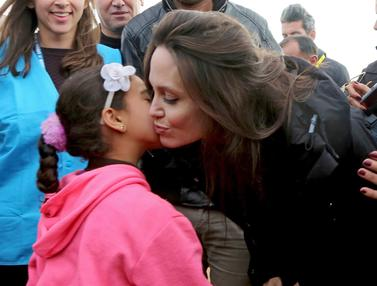 Ciuman Bocah Suriah Sambut Kunjungan Angelina Jolie di Pengungsian