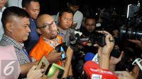 Ekspresi Andi Taufan Tiro usai diperiksa KPK, Jakarta, Selasa (6/9). Andi diperiksa terkait kasus dugaan suap proyek jalan dalam anggaran Kementerian PUPR (Liputan6.com/Helmi Afandi)