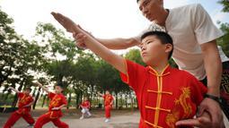 Anak-anak mempelajari seni bela diri selama liburan musim panas di Shahe, Provinsi Hebei, China utara, pada 9 Agustus 2020. (Xinhua/Mou Yu)
