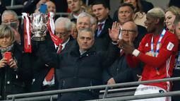Jose Mourinho mengangkat trofi Piala Liga Inggris usai mengalahkan Southampton di stadion Wembley di London pada 26 Februari 2017. MU sukses mengalahkan Southampton 3-2. (AFP Photo/Ian Kington)