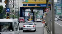 Kendaraan memasuki area gerbang tol Semanggi 2, Jakarta, Selasa (14/3). Pelaksanaan program pembayaran tol non tunai akan dilakukan secara bertahap hingga mencapai 100 persen pada akhir tahun ini. (Liputan6.com/Faizal Fanani)